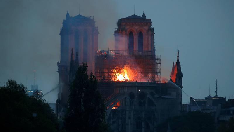 Un devastador incendio consume la catedral de Notre Dame en París