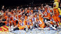 Los jugadores del Valencia Basket reciben el trofeo de campeones de la Eurocup