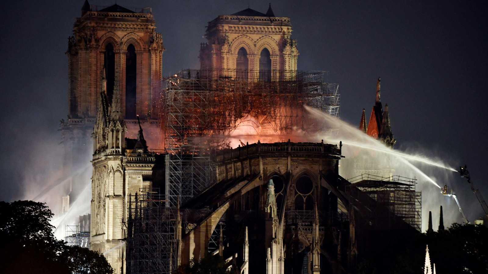 """Los bomberos aseguran que el incendio está """"bajo control, parcialmente extinguido"""""""