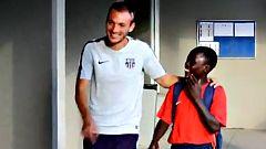 La sonrisa y el fútbol de Japhet brillan en La Masía