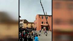 Susto en la fiesta mayor de Cornellà del Terri por la caída de un árbol ante los asistentes