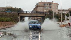 Las fuertes llluvias en Torrevieja obligan a suspender una acampada local y algunos tramos de transporte público