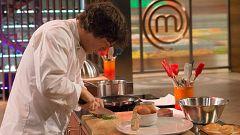 Jordi se coloca la chaquetilla y sale a cocinar