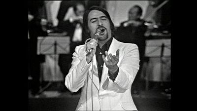 """Nino Bravo canta """"te quiero, te quiero""""  recuperado por Cachitos de hierro y cromo del programa de fin de año de 1971"""