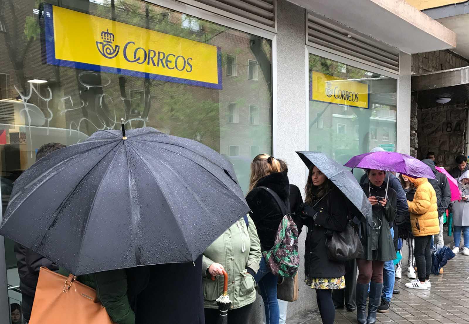 Colas de hasta cinco horas para votar en algunas oficinas de Correos