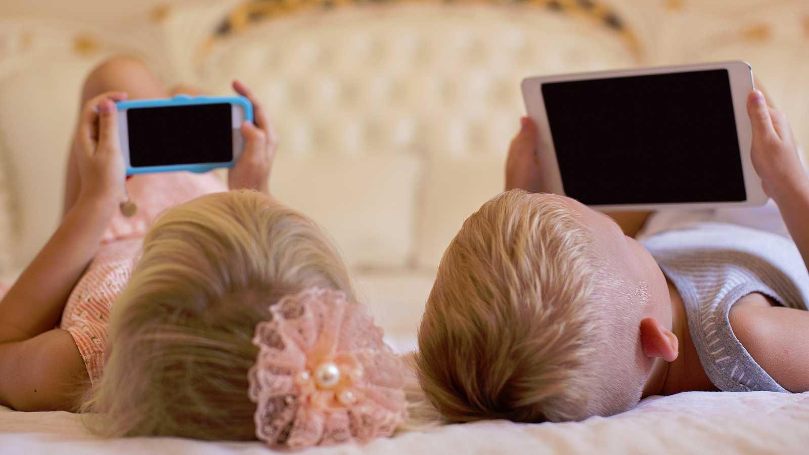 La Organización Mundial de la Salud (OMS) ha publicado una serie de pautas en las que recomienda que los niños menores de cinco años no pasen más de una hora al día ante una pantalla, mientras que desaconsejan completamente este uso en el caso de los