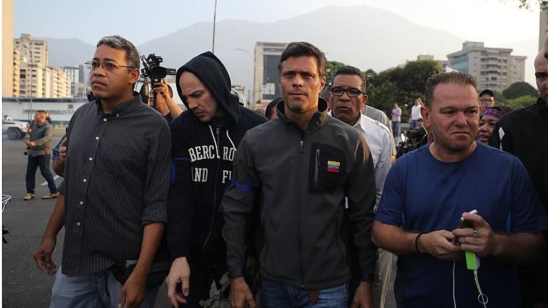 """Guaidó libera a Leopoldo López y llama a un """"alzamiento"""" contra Maduro"""