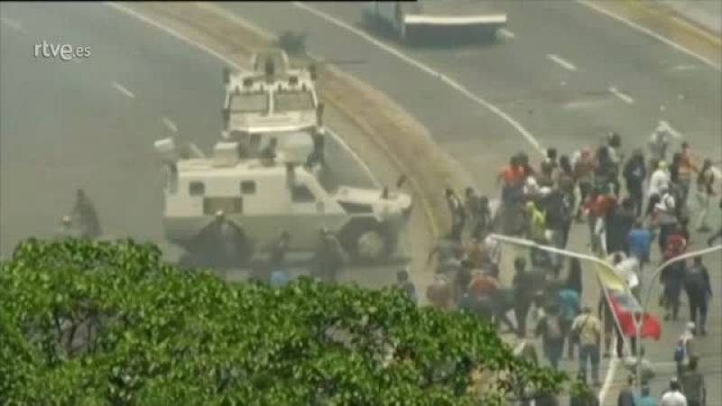 Un furgón policial arrolla a un grupo de manifestantes en Venezuela