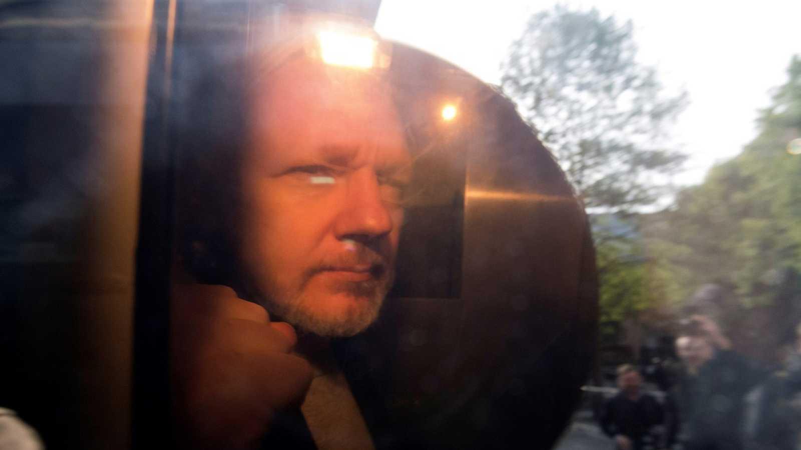 Assange, condenado en Reino Unido a 50 semanas en la cárcel por violar la libertad condicional