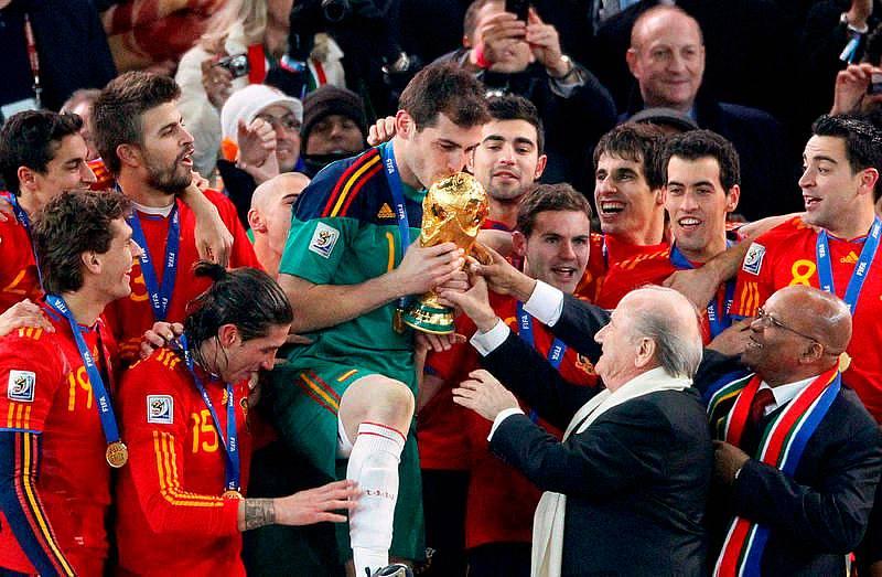 Las reacciones después de conocerse la noticia del infarto de Iker Casillas se han sucedido en las redes sociales, inundadas por los mensajes de ánimo de sus compañeros y un buen número de personalidades del deporte.