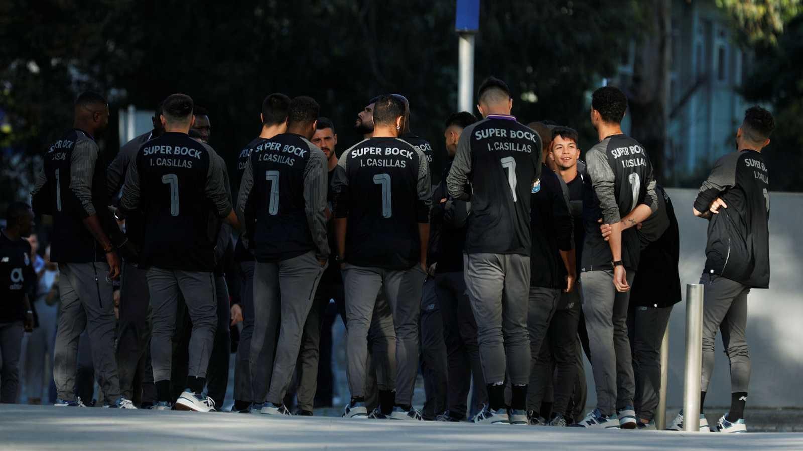La plantilla del Oporto acude al hospital a visitar a Iker Casillas tras su infarto