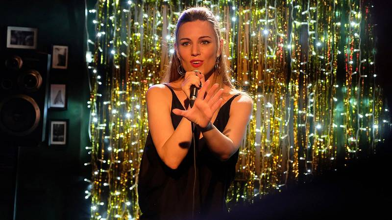 Servir y Proteger - Sara se atreve a cantar en el 'Moonlight'