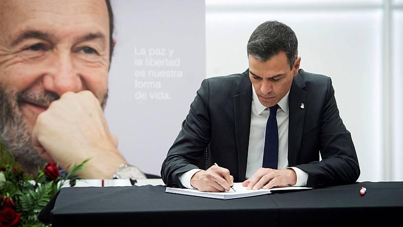 """Sánchez firma en el libro de condolencias por Rubalcaba: """"Te debemos mucho, todo, siempre"""""""