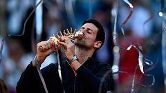 Djokovic recibe el trofeo de campeón del Madrid Open