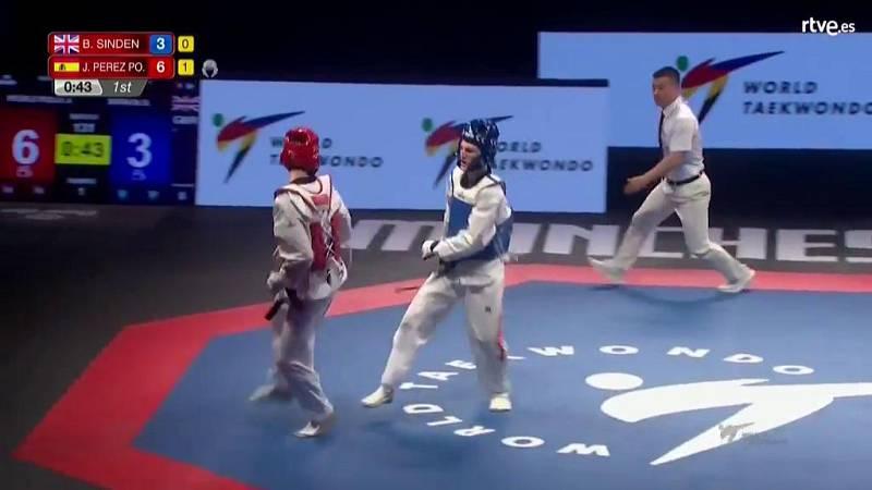 Javier Pérez golpea dos veces el casco del rival con la misma patada
