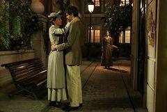 Felicia descubre a Emilio y Cinta besándose