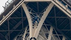 Cierran la Torre Eiffel por la presencia de un hombre que escalaba el monumento