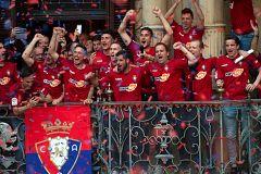 El Osasuna festeja por las calles de Pamplona su vuelta a Primera División
