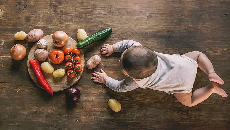 En Bélgica se ha originado polémica sobre la dieta vegana que siguen el 3% de los niños del país. Allí la Academia de Medicina se opone porque, según dice, genera carencias y problemas de crecimiento. Otros países, como Estados Unidos y España, no la