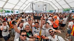 Miles de aficionados del Valencia en Sevilla