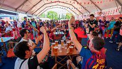 Los aficionados del Barça vibran en la 'fan zone' de Sevilla