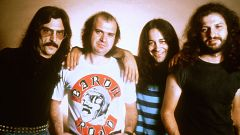 """Barón Rojo interpreta """"Los rockeros van al infierno"""" (1982)"""