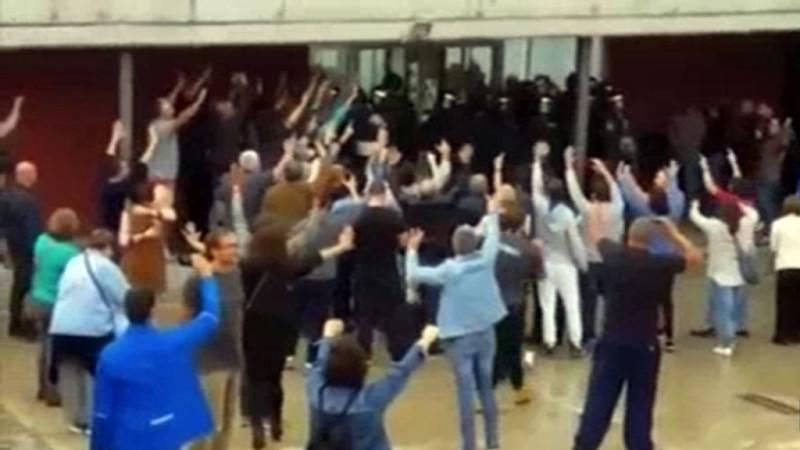 La Policía intenta entrar en un colegio electoral en Dosrius y se retiran finalmente