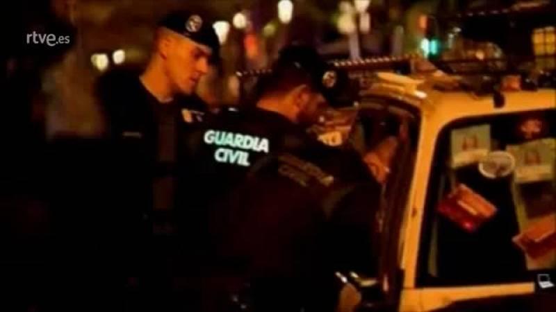 """Los guardias civiles comprueban los daños mientras la gente grita """"esta noche os vais sin coches"""""""