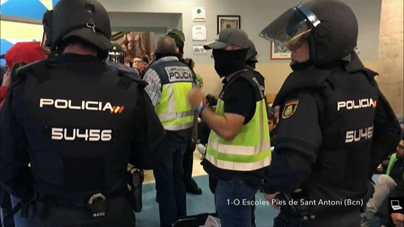 Los agentes fuerzan la puerta de las Escolas Pies de Sant Antoni y se llevan las urnas