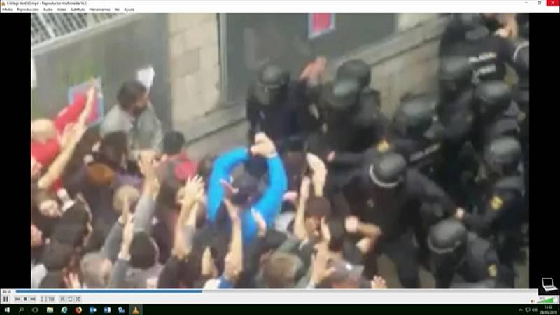 Agentes de Policía cargan contra los concentrados en el colegio Verd en Girona