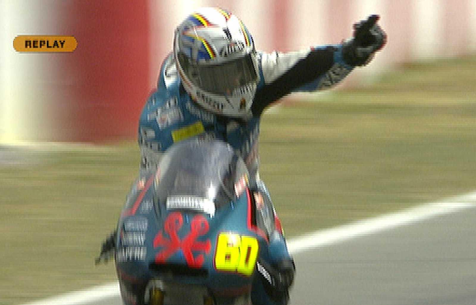 Un error de Julián Simón ha permitido a Andrea Iannone ganar en Montmeló.