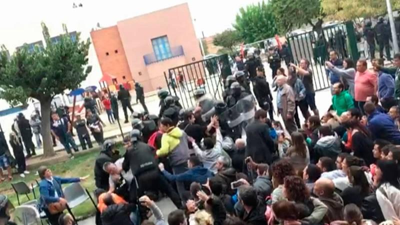 Agentes de Policía Nacional derriban a dos personas al entrar en un colegio de Callús el 1-O