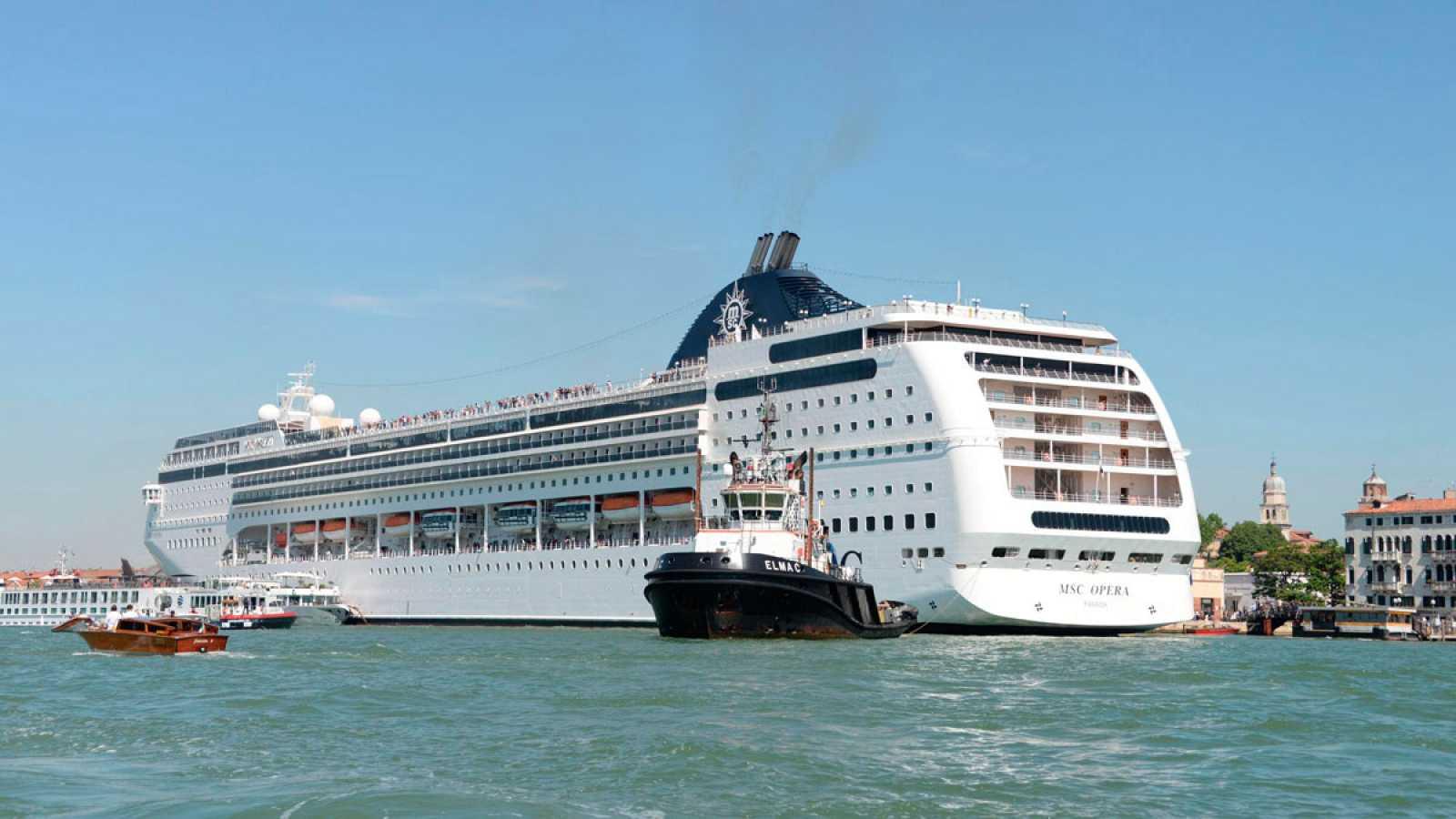 Un crucero choca contra un muelle y un barco turístico en un canal de Venecia