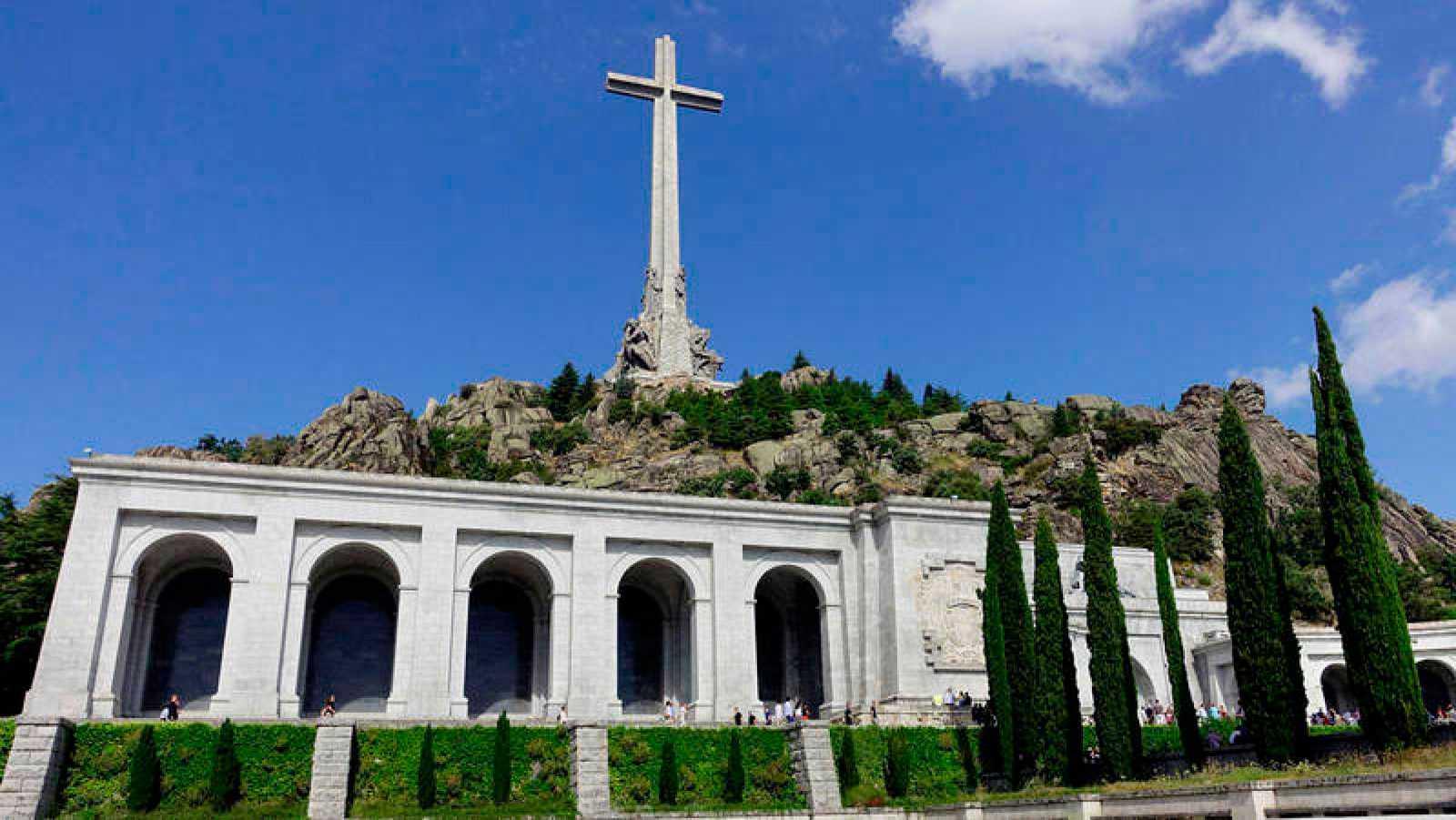 El pulso entre el Gobierno y los contrarios a la exhumación alarga casi un año la salida de Franco del Valle de los Caídos