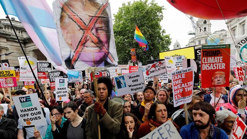 """Miles de personas gritan a Trump en Londres que """"no es bienvenido"""" mientras él califica la protesta como """"fake news"""""""