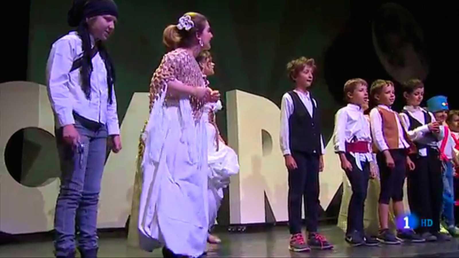 Cantantes profesionales y niños interpretan la ópera 'Carmen', de Bizet