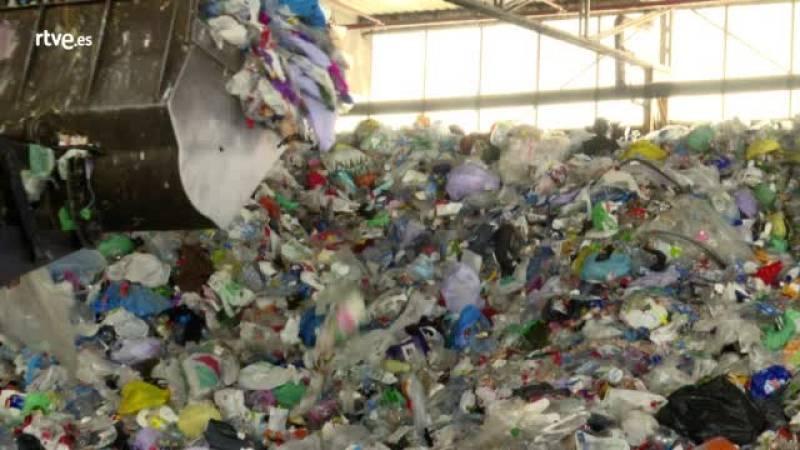 China ha decidido cerrar sus puertas a todo tipo de residuos y los gestores buscan opciones donde enviarlos, esta semana en Repor