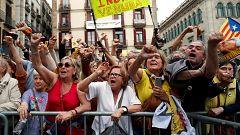 Colau aguanta los abucheos de la gente camino del Palau de la Generalitat