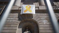 Vuelve el lazo amarillo al balcón del Ayuntamiento de Barcelona
