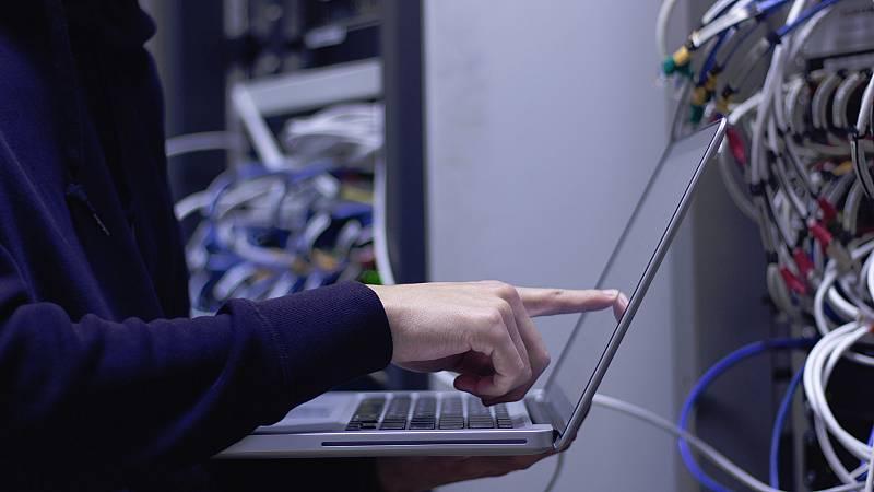 Un equipo de cuarenta personas de RTVE y seis empresas colaboradoras ha trabajado durante un mes para hacer posible esta primera conexión realmente 5G. Las llevadas a cabo hasta ahora en Estados Unidos, Corea del Sur o Gran Bretaña utilizaron el apoy