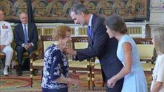 El rey condecora a una mujer de 107 años por su lucha por los derechos de las amas de casa