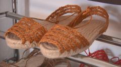 Aquí la tierra -  Fabricando espardeñas artesanas