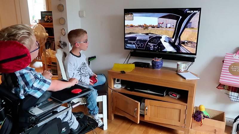 Una ONG británica adapta videoconsolas y videojuegos para permitir que personas con discapacidad puedan utilizarlos. Su fundador, Mick Donegan, ha estado en el Gamelab de Barcelona para explicar cómo lo hacen. Un proceso personalizado que, tras 12 añ