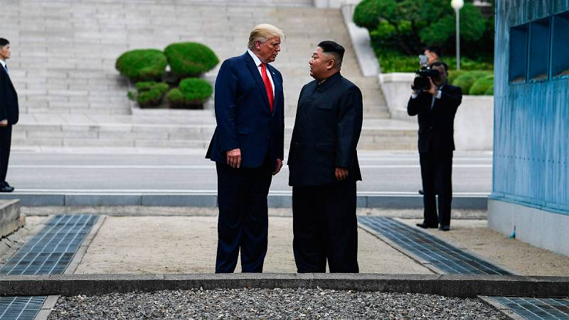 Trump y Kim Jong-un se saludan en la frontera entre las dos Coreas