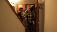 7 días sin ellas - Manuel se agobia en la primera fiesta que monta en su casa