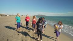 7 días sin ellas - Las mujeres disfrutan de una tarde de playa en Almería