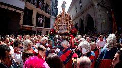 Miles de personas arropan a San Fermín en su recorrido por el centro de Pamplona