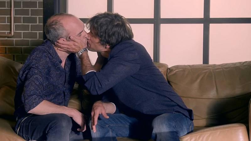Servir y Proteger - Santos Mercader besa a Luis Soler