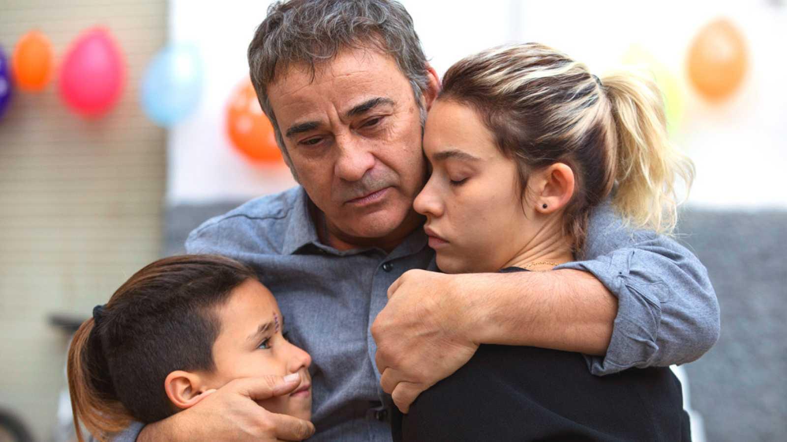 RTVE.es os ofrece el primer teaser de 'La hija de un ladrón', protagonizada por Eduard y Greta Fernández