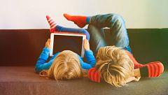 Seis de cada diez madres limita el tiempo que sus hijos pasan con el móvil pero no los contenidos